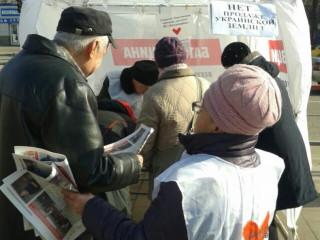 На информационных палатках ВО «Батьківщина» снова многолюдно