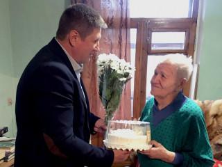 «В душе расцвели тюльпаны». Команда ВО «Батьківщина» поздравила именинницу со стажем
