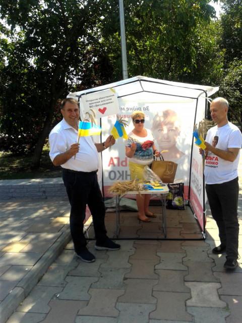 Приятное с полезным: депутаты ВО «Батьківщина» организовали праздничную акцию.