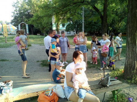 Депутаты Покровского райсовета и их помощники помогают жителям района в благоустройстве