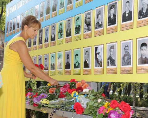 Тем, кто погиб за независимость. Ольга Бабенко приняла участие в торжественном возложении цветов в День флага.