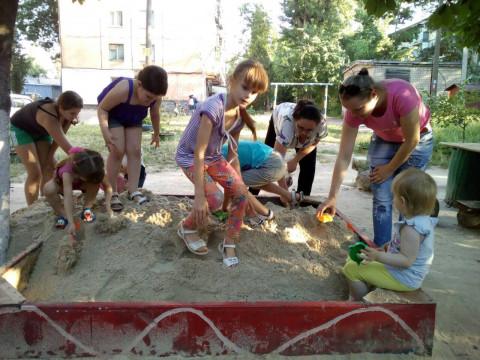 Ещё одна песочница готова для веселых детских игр