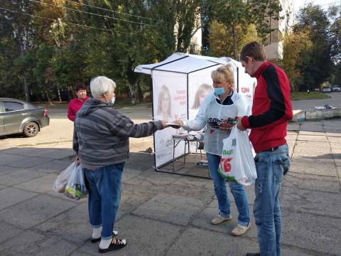 Волонтеры Ольги Бабенко информируют жителей Кривого Рога о пунктах ее избирательной программы