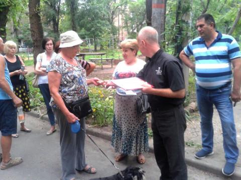 Невидимый ремонт, незамеченный сквер, не убиваемая амброзия. Жители дома по улице Гурова обсудили свои беды с депутатом