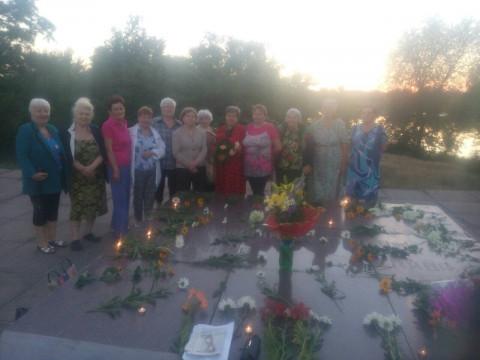 Активисты Покровской организации зажгли лампадки в память о жертвах Второй мировой войны