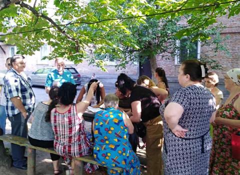 Коммунальные беды жителей улицы Учителей. Встреча во дворе
