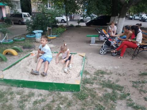 Депутаты Покровского райсовета и их помощники завезли песок на детскую площадку в один из дворов района