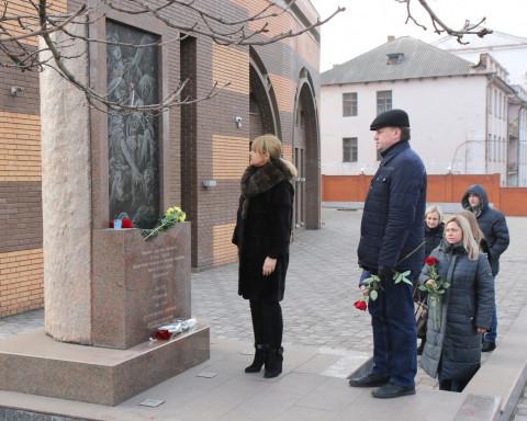 Больше никогда. В день памяти жертв Холокоста Ольга Бабенко возложила цветы к памятнику