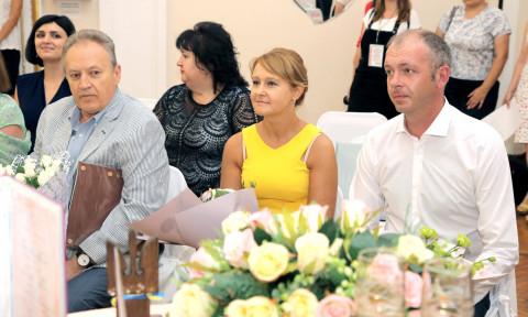 «Горько» и быстро. Ольга Бабенко поздравила юбилейную пару проекта «Шлюб за добу»
