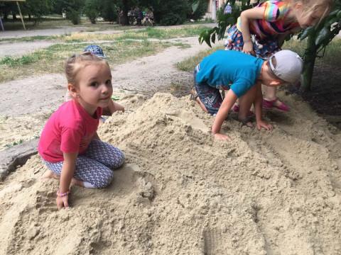 Песочницу возле дома по ул. Сичеславская, 36 заполнили песком