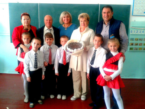 Педагоги принимают поздравления с наступающим Днём учителя.