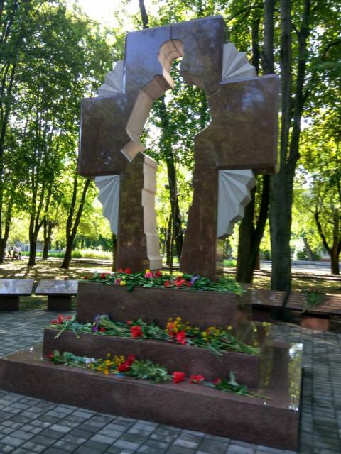 """Депутаты """"ЗА РIДНЕ МIСТО"""" возложили цветы к стеле Героев АТО"""