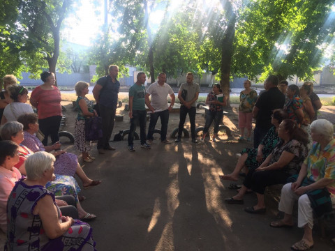 Депутаты Покровского райсовета и их помощники провели встречу с жителями дома № 30 по улице Эдуарда Фукса