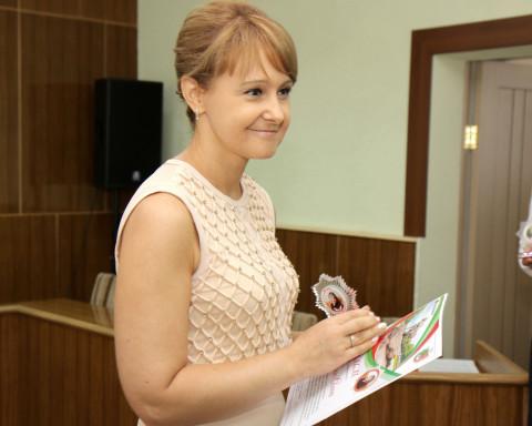 Блеск медалей за успех. Ольга Бабенко поздравила лучших выпускников района и рассказала о своих школьных оценках