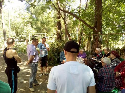 Жильцы дома 39 по улице Эдуарда Фукса принялись за благоустройство своей придомовой территории