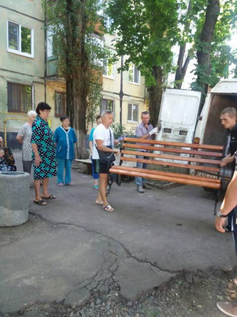В одном из дворов по улице Эдуарда Фукса были установлены лавочка и урна для мусора