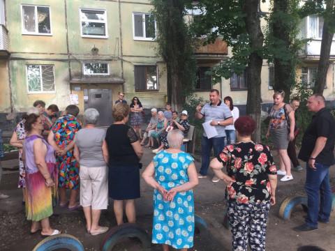 Жители дома 30 по улице Эдуарда Фукса обратились к депутатам с просьбой благоустроить их двор