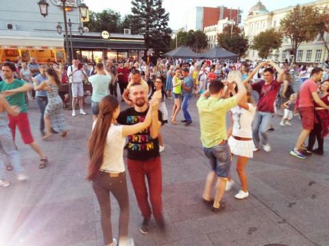На Театральной площади главной улицы города прошел вечер латиноамериканских танцев